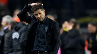 Simeone se lo piensa durante un partido.