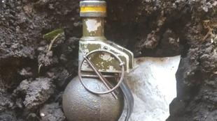 La granada que fue encontrada debajo de la tribuna visitante, en...