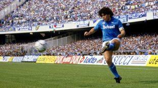 Diego Maradona con la camiseta del Napoli en el estadio San Paolo