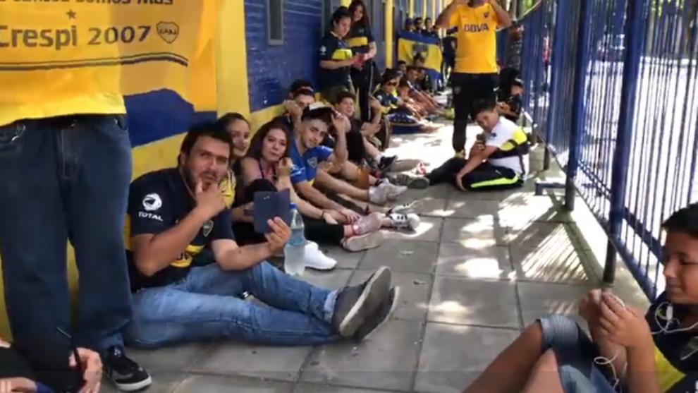 Los hinchas de Boca en las puertas de La Bombonera.