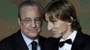 Florentino Pérez y Luka Modric, en la gala del Balón de Oro 2018.