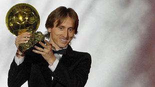 Modric levanta su Balón de Oro.
