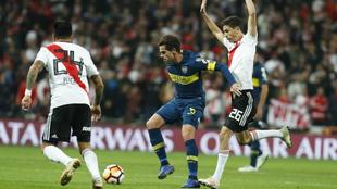 Gago, en una acción del partido entre River y Boca en el Bernabéu.