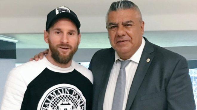 Leo Messi y Claudio Tapia, presidente de AFA, en España.
