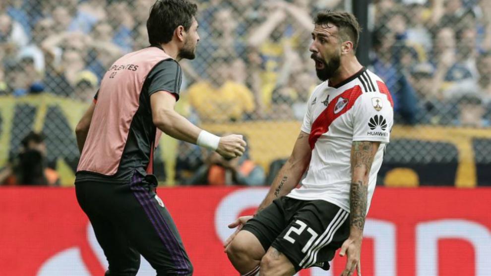 Lux y Pratto celebran el gol del delantero en La Bombonera.