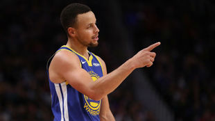 Stephen Curry indica en un partido de los Warriors.