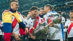 Milton Casco levanta la Copa Libertadores ganada en el Bernabéu.