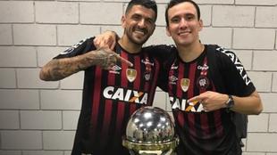 Lucho González festeja la Copa Sudamericana 2018