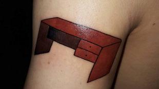 Un hincha de River se tatúa un escritorio para cumplir su promesa