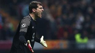 Iker Casillas durante un partido con el Porto