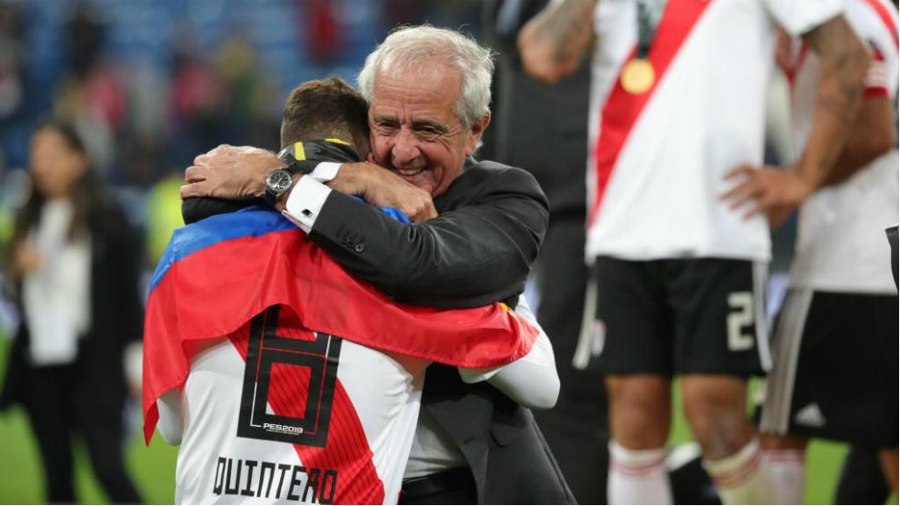 D'Onofrio se abraza con Quintero tras la final de la Copa Libertadores...