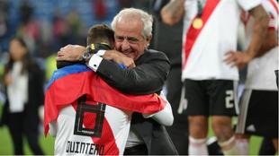 D'Onofrio se abraza con Quintero tras la final de la Copa...