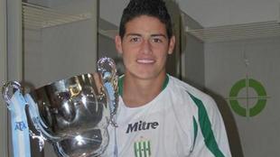 James posa con el trofeo del Apertura 2009, obtenido con Banfield