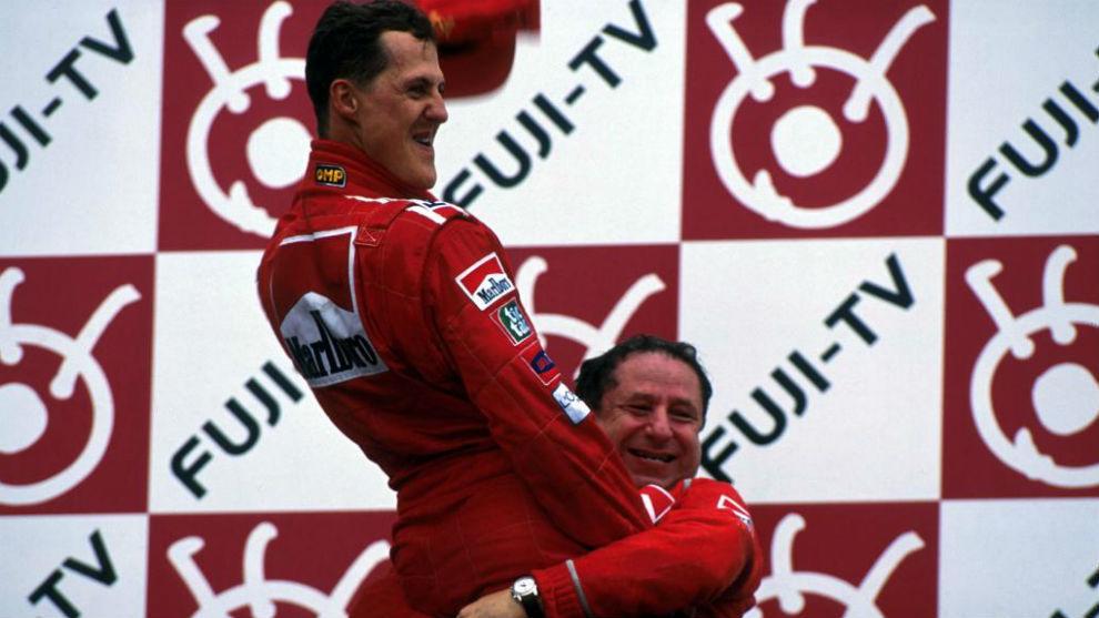 Schumacher y Todt, en Suzuka 2000 al ganar su primer título de rojo.