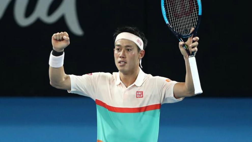 Nishikori levanta los brazos tras ganar a Medveded en Brisbane.