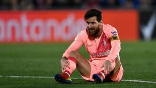 Messi se lamenta de una acción en el campo del Getafe.