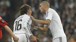 Heinze y Pepe durante un partido con el Real Madrid en la temporada...