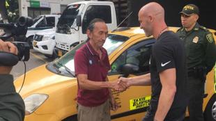 Sebastián Méndez dando la mano al taxista que le devolvió la plata.