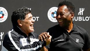 Maradona y Pelé sonríen