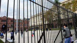Las rejas de la Plaza de Mayo son ilegales