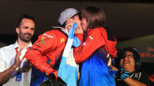 Cavigliasso se besa con su novia tras pedirle matrimonio.