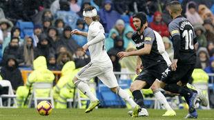 Modric se lleva un balón ante la presión del 'Mudo'...