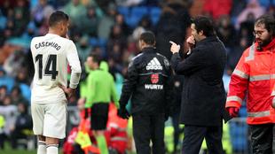 Solari da instrucciones a Casemiro durante el partido con el Sevilla.