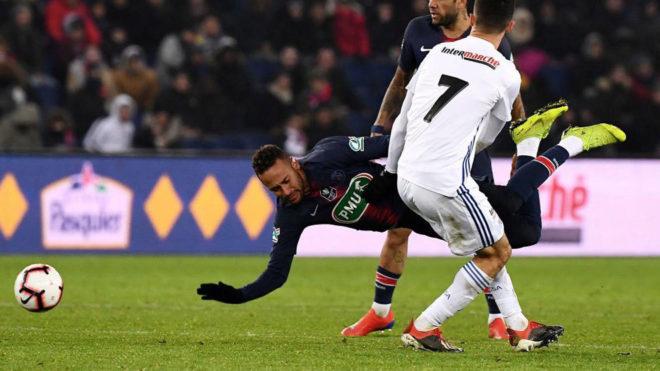Neymar cae en el partido ante el Estrasburgo.
