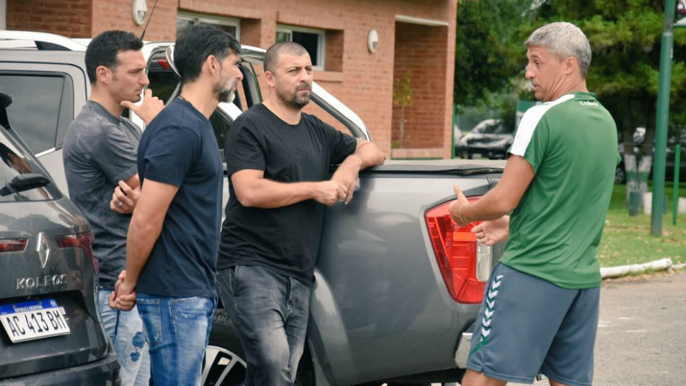 Scaloni, Ayala y Samuel charlan con Crespo.