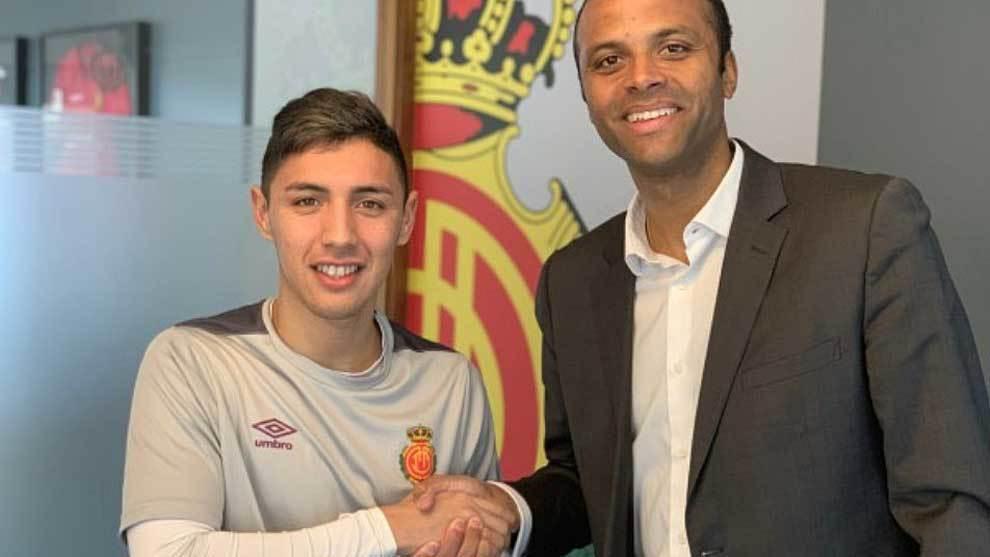 Leo Suárez, junto a Maheta Molango tras firmar con el club...