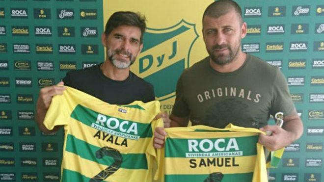 Ayala y Samuel posando con sendas camisetas de Defensa.