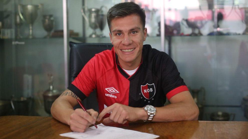 Insaurralde firma su nuevo contrato con Newell's.