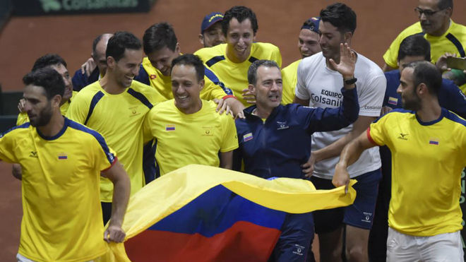 Los tenistas colombianos celebran su victoria ante Suecia en Bogotá