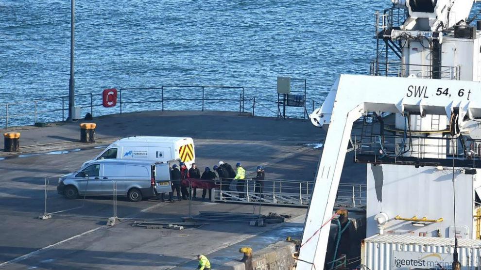 La ambulancia ya traslada el cuerpo del avión al Hospital de Portland...