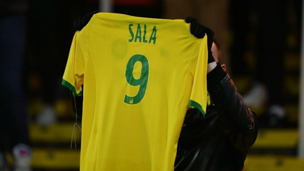 Un aficionado muestra la camiseta del Nantes con el nombre y número...