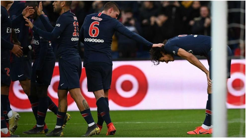 Cavani se duele de su lesión después de lanzar el penalti.