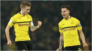 Reus celebra un gol junto a Weigl contra el Werder Bremen.