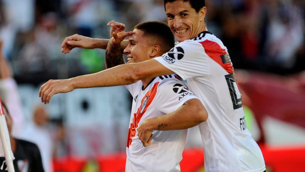 Quintero y Fernández festejan el golazo del colombiano