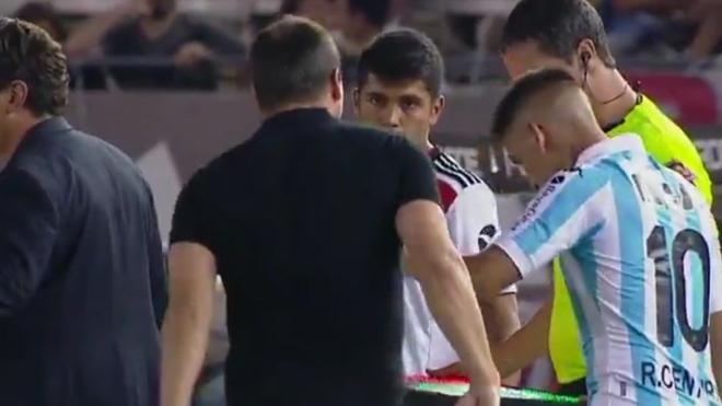 Ricardo Centurión, molesto, empuja a su entrenador antes de ingresar...