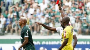 Deyverson es expulsado tras escupir a un rival