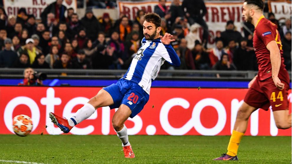 Adrián López anota el gol para el Oporto.