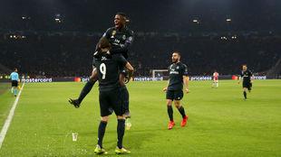 Benzema y Vinícius celebran el primer gol del Real Madrid.