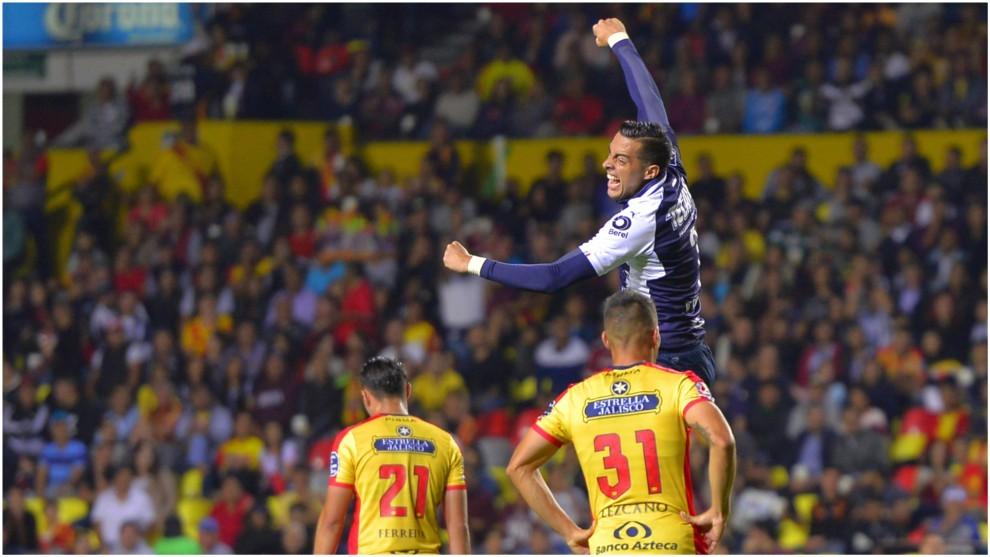 Rogelio Funes Mori festeja uno de sus dos goles con Monterrey ante...
