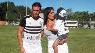 Luciano Ceccatto junto a su familia y con la camiseta de sus amores:...