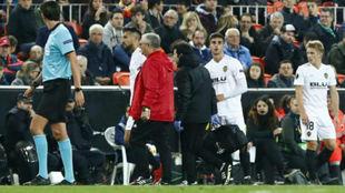 Garay se retira del campo lesionado.