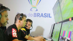 Árbitros brasileños consultando el VAR