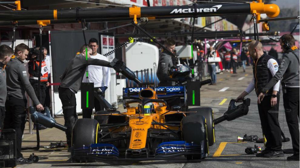 Norris con los mecánicos en el test.