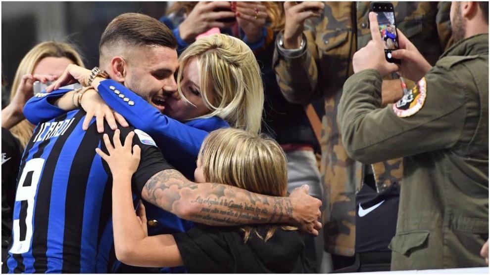 Icardi se abraza con Wanda Nara tras el derbi con el Milan.