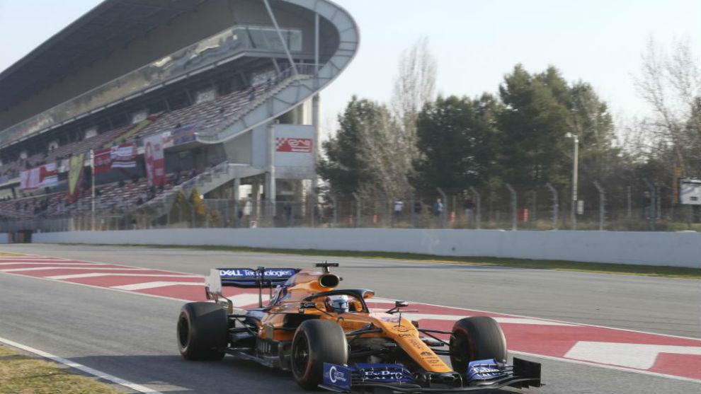Carlos Sainz sale del 'pit lane' en Barcelona.