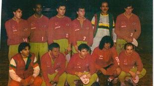 Kempes agachado segundo por la derecha junto a José María García,...